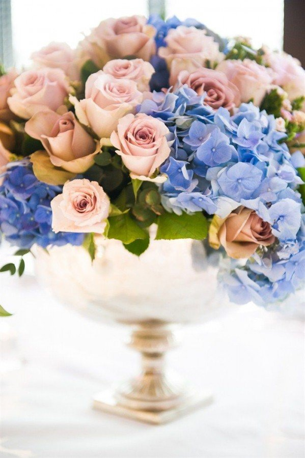 Rose-Quartz-roses-and-Serenity-hydrangeas-make-an-exquisite-centrepiece-or-floral-display-599x900